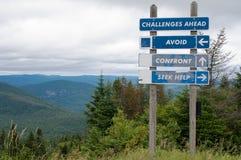 路标陈列挑战和前面三个选择 免版税库存图片