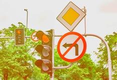 路标,红绿灯是红色的,轮到左边禁止 免版税图库摄影