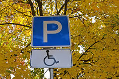 路标A残疾人司机的停车场  免版税库存图片