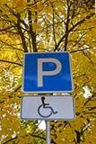 路标A残疾人司机的停车场  免版税库存照片