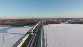 路桥梁的冬天空中照片在河Vyatka的 股票录像