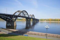 路桥梁的看法在伏尔加河的在市雷宾斯克 雅罗斯拉夫尔市地区,俄罗斯 免版税图库摄影