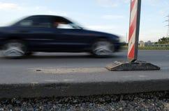 路沥青厚度通过汽车和警报信号 免版税图库摄影