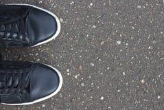 黑路沥青纹理样式背景 鞋子 图库摄影