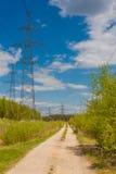 路沿着送电线 库存照片