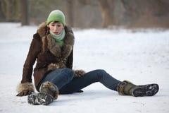 路滑倒多雪的妇女 免版税图库摄影
