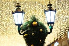 路灯到底和圣诞装饰在明亮的光下 免版税图库摄影