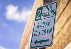 路牌2个小时停车处 免版税库存照片