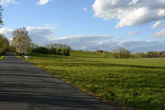 路由树和草甸,捷克,欧洲排行了 库存图片