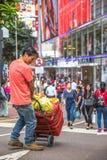 路的亚裔工作者 免版税图库摄影