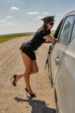 路的俏丽的警察妇女 免版税库存照片