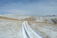 路的冒险 在沙漠开汽车通过深雪被放置的路 雾房子横向早晨剪影结构树 图库摄影