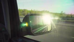 路的反射在汽车的后视镜的 股票录像