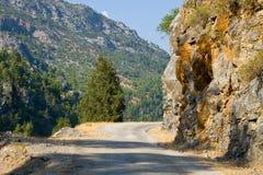 路的图象在Alanya在金牛座山,土耳其附近的 免版税库存图片