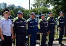 路的官员在去巡逻警察的服务在指示的服务前 免版税库存照片
