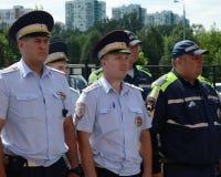 路的官员在去巡逻警察的服务在指示的服务前 免版税库存图片