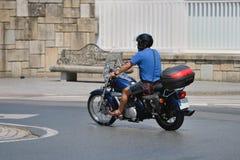 路的摩托车骑士在城市 免版税图库摄影