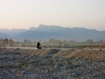 路的摩托车骑士 图库摄影
