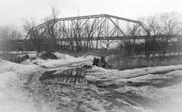 路的春天impassability 向铁路的隐隐绰绰的路对桥梁 库存照片