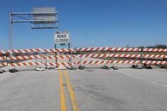 路的标志被封锁在桥梁 免版税图库摄影