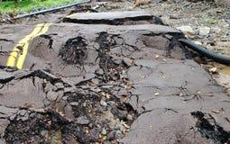 路的残破和破坏从主要洪水的 免版税库存图片