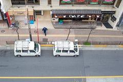 路的看法在takadanobaba的,当两搬运车停放在街道的边 免版税库存照片