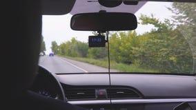 路的看法通过汽车挡风玻璃  股票视频