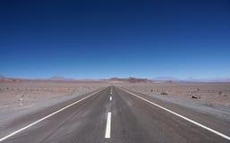 路的看法,阿塔卡马沙漠,智利 免版税库存图片