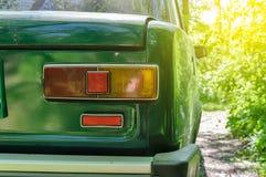 路的边放弃的一辆生锈的绿色汽车的细节 免版税库存照片
