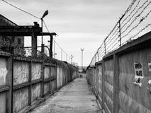 路的铁丝网 免版税库存照片