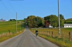 路的门诺派中的严紧派的骑自行车的人 库存图片