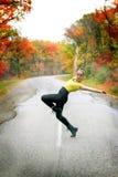 路的青少年的舞蹈家女孩在秋天 图库摄影