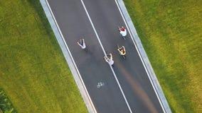 路的,顶视图四个骑自行车者 股票视频
