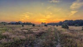 路的黎明向村庄的 白俄罗斯米斯克地区 免版税库存照片