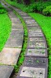 路石头在一个美丽的庭院里 免版税库存图片