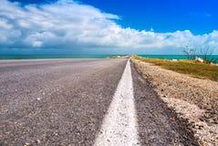 路离开在从古巴的海岛的海洋大块人造人为水坝的高速公路路线对Cayo吉列尔莫 库存图片