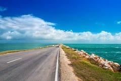 路离开在从古巴的海岛的海洋大块人造人为水坝的高速公路路线对Cayo吉列尔莫 免版税库存图片