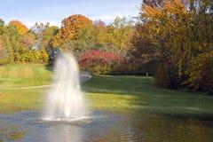 路线喷泉高尔夫球池塘 免版税库存图片