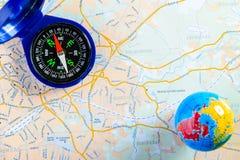 路线图、指南针和小地球顶视图  旅行的概念 库存图片