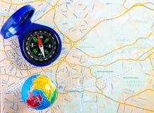 路线图、指南针和小地球顶视图  旅行的概念 库存照片