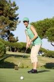 路线女性高尔夫球高尔夫球运动员 免版税图库摄影