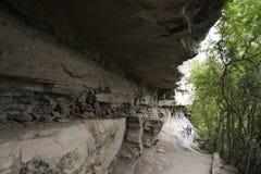 路线方式在乌汶叻差他尼去晃动在峭壁的艺术在湄公河上估计有3,000岁在Pha Taem国家公园, 免版税库存图片