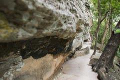 路线方式在乌汶叻差他尼去晃动在峭壁的艺术在湄公河上估计有3,000岁在Pha Taem国家公园, 库存图片