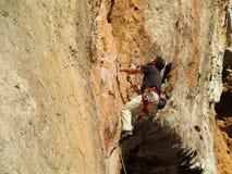 路线的攀岩运动员 图库摄影