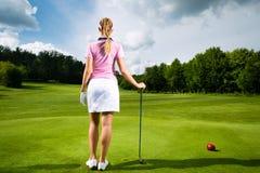 路线的新女性高尔夫球运动员 免版税库存图片