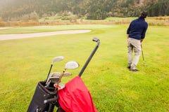 路线的高尔夫球运动员 免版税库存图片