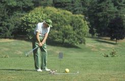路线的高级高尔夫球运动员 图库摄影