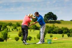 路线的年轻女性高尔夫球运动员 免版税库存图片