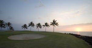 路线高尔夫球夏威夷全景日落 库存照片