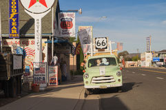路线66装饰在市塞利格曼 arizonian 图库摄影